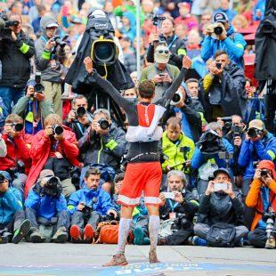 El francés François DHaene fotografiado por la prensa tras ganar la UTMB 2017