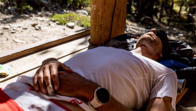 François DHaene descansando al sol en su intento al récord del John Muir Trail en octubre de 2017