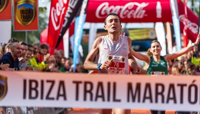 Miguel Heras entrando en primer lugar en la meta de la Ibiza Trail Maraton 2017