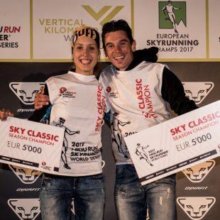 Sheila Avilés y Marco de Gasperi con sus petos y premios de vencedores de la Copa del Mundo de Skyrunning 2017 en la Limone Xtreme Skyrace