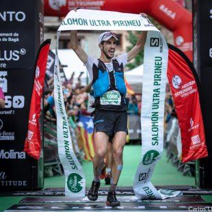 Pablo Villa a su entrada en primer lugar a la meta de Ultra Pirineu 2017