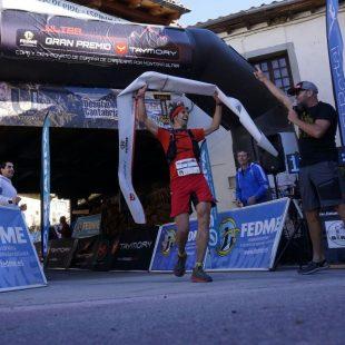 Iván Cuesta a su entrada en primer lugar a la meta del Desafío Cantabria 2017