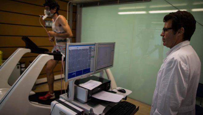 Kilian Jornet y el doctor Daniel Brotons en la sesión de pruebas médicas.