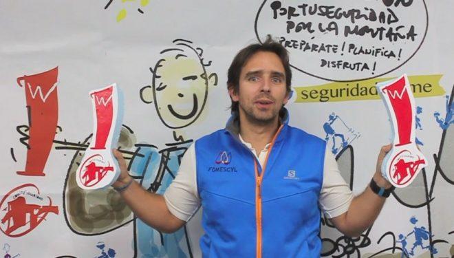 Alberto Sánchez con el símbolo de exclamación que identifica la campaña de seguridad de la FEDME en el Simposium de Valladolid celebrado en noviembre de 2017