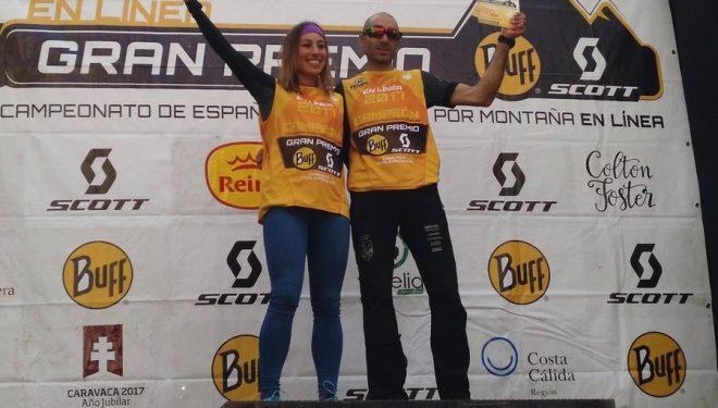 Eva Bernat y Santiago Mezquita con los petos de ganadores de la Copa de España de Carreras en línea en la Caravaca Trail Experience 2017