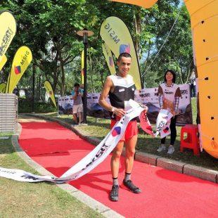 Crístofer Clemente en la meta de la MSIG Lantau 50 2017
