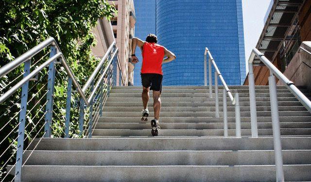 Corredor subiendo escaleras como entrenamiento
