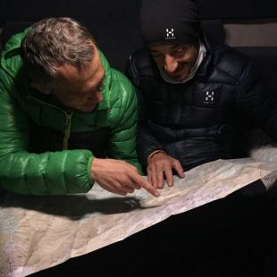 Julián Morcillo (Verde) y Tito Parra estudiando en el mapa El Gran Cruce de Gredos que intentaron en diciembre de 2017