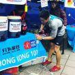 El corredor descalificado, Liang Jing, avituallando correctamente en un puesto de control de la Hong Kong 100 2018 (HK100)