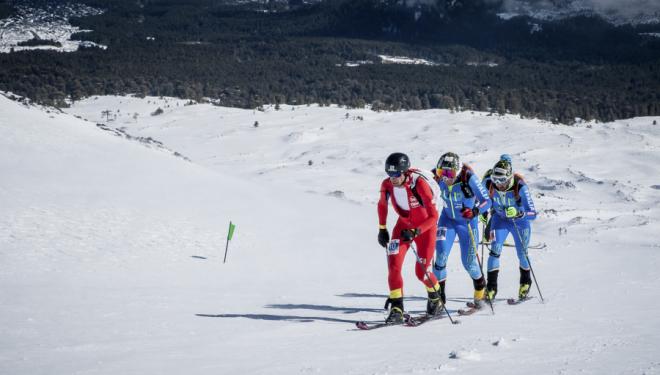 Kilian Jornet perseguido por Robert Antonioli y Michelle Boscacci en la Individual de los Campeonatos de Europa de Esquí de Montaña 2018