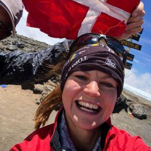 Kristina Schou Madsen en la cima del Kilimanjaro tras batir el récord femenino en febrero de 2018