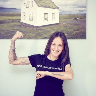 Azara García con su camiseta de la campaña #NoSomosInvisibles