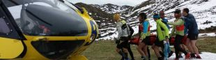 Un momento del rescate de Jokin Lizeaga en el Trail Pastores de Portudera por el Grupo de Rescate de Bomberos del Servicio de Emergencias del Principado de Asturias