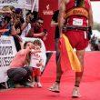 Nieves y Martín esperan a Luis Alberto Hernando en la meta de Penyagolosa Trail 2018, en la que se proclamó campeón del mundo