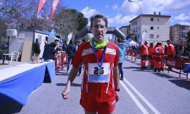 Elías Chavete en su última participación, la 26ª, en el Maratón de Badajoz