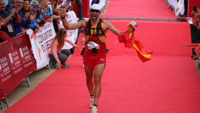 Luis Alberto Hernando en la línea de meta del Campeonato del Mundo de Traeil 2018, que ganó