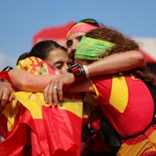 Gemma Arenass (izda), Maite Maiora (centro) y Laia Cañes se abrazan en la meta del Mundial de Penyagolosa Trails, donde se hicieron con el oro por equipos