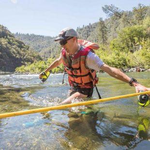 Jim Walmsley cruzando el río Rucky Chucky en la Western States 100 2018, que ganó