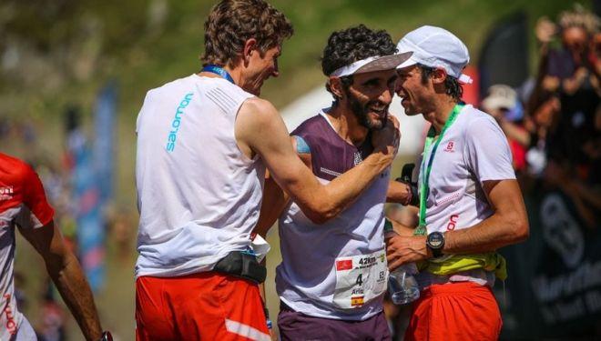 Aritz Egea, recibido en la meta del Marathon du Mont-Blanc 2018 por Kilian Jornet y Marc Lauenstein