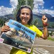 Maite Maiora con su título del récord femenino del 2KV Collarada, señala la cima de la montaña
