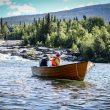 Emelie Forsberg cruzando uno de los ríos de la Reserva Natural de Vindelfjällen, durante su récord al sendero Kungsleden
