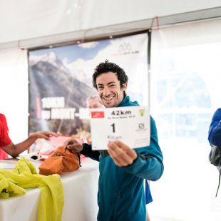 Kilian Jornet recogiendo su dorsal con el nº1, tras ganar el año pasado, en el Marathon du Mont Blanc 2018, que también ganó