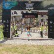 Tina Bes entrando en la meta del Buff Epic Trail 65k, que ganó