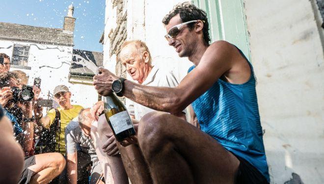 Kilian Jornet celebrando con Billy Bland su récord en la Bob Graham Round