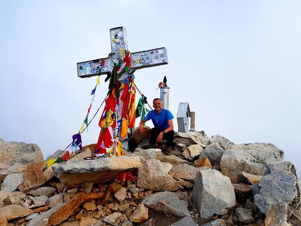 Julián Morcillo en la cima del Aneto en su enlace de los 3 grandes del Pirineo en agosto de 2018