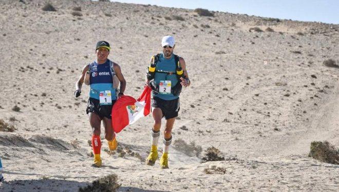 Remigio Huamán (izda) y Chema Martínez cerca de la meta de la segunda etapa del Half Marathon des Sables Fuerteventura 2018