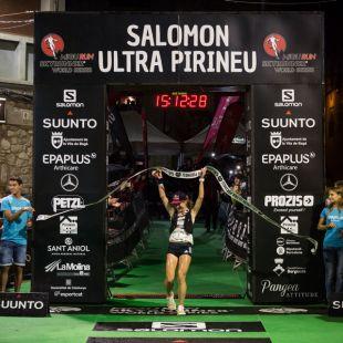 Ekaterina Mityaeva cruza la meta de Ultra Pirineu 2018, que ganó