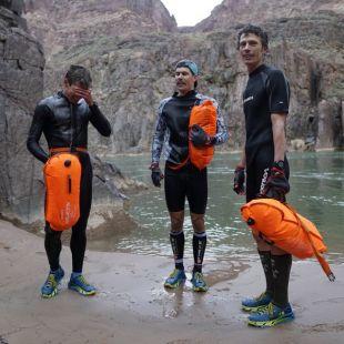 Jim Walmsley, Eric Senseman y Tim Freriks tras cruzar el río Colorado en su FKT al R2R2R-alt en diciembre de 2018