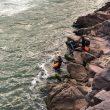 Jim Walmsley, Eric Senseman y Tim Freriks cruzando el río Colorado en su FKT al R2R2R-alt en diciembre de 2018