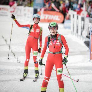 Cláudia Galicia y Marta García en la meta de la Copa del Mundo de Esquí de Montaña 2019 de Sprint en Bischofshofen