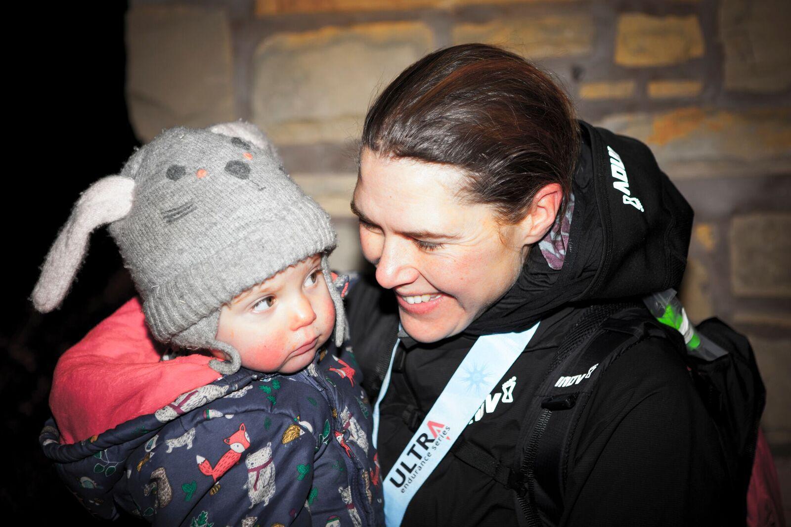 Jamin Paris coge a su hija al finalizar The Spine Race 2019