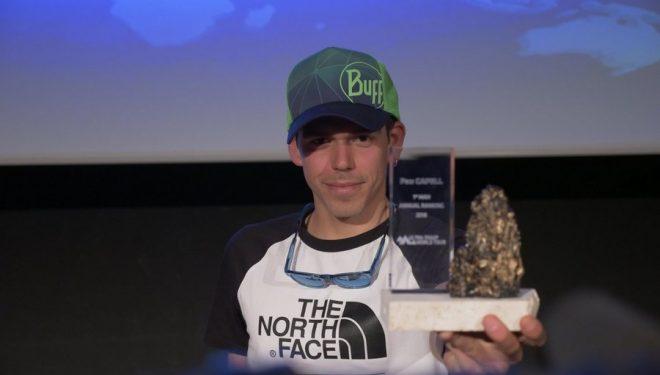 Pau Capell recibiendo su galardón como vencedor del Ultra-Trail World Tour 2018
