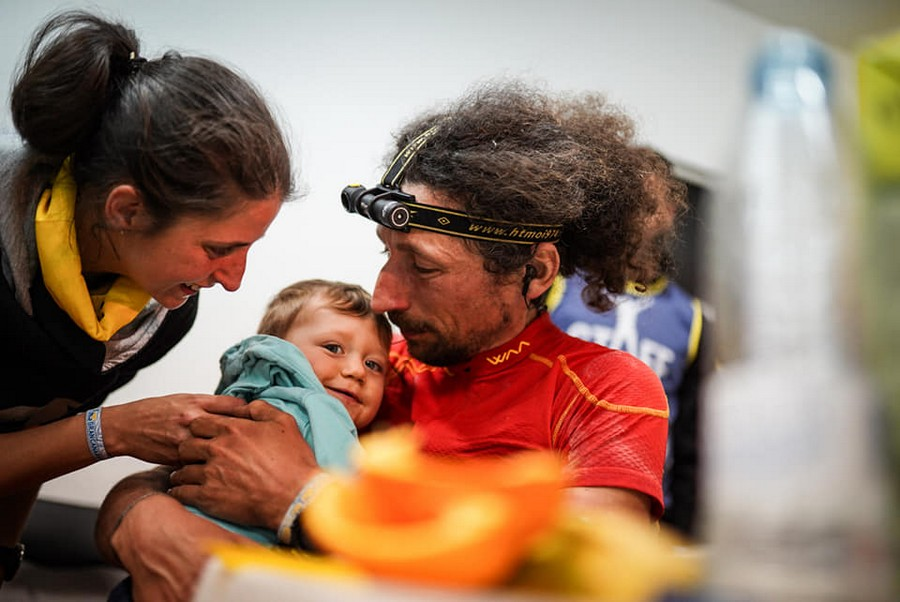 Luca Papi con su mujer y su bebé en la Transgrancanaria 360 2019, que ganó