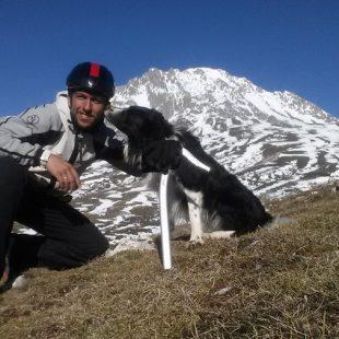 Manu Merillas con su perro Zar en su reto en Peña Ubiña en febrero de 2019