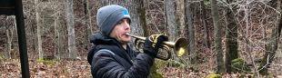 John Kelly tocando la corneta que anuncia su propio abandono en la Barkley Marathons 2019