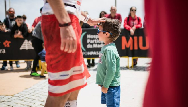 Francois D'Haene saluda a un niño en MIUT 2019