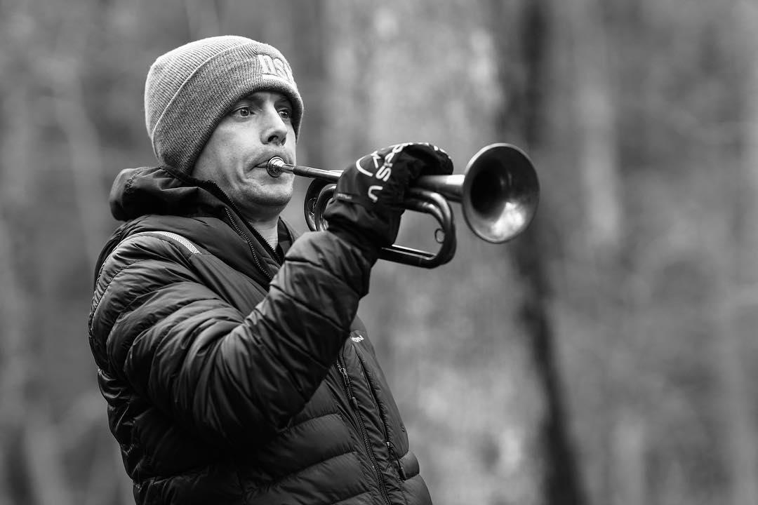 John Kelly toca su trompeta en la Barkley Marathons 2019