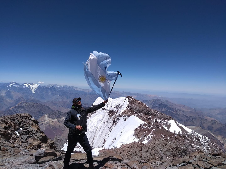 Matías Sergo en la cima del Aconcagua, donde batió el récord de la ruta 360º en febrero de 2020