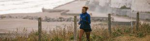Una corredora hace su entrenamiento cerca de la playa
