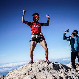 Zaid Ait Malek en la cima del Teide en su intento de récord de la ruta 0-4-0 en diciembre de 2020