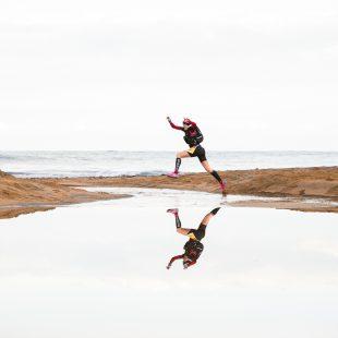 Un corredor da un salto sobre el agua del mar de Menorca