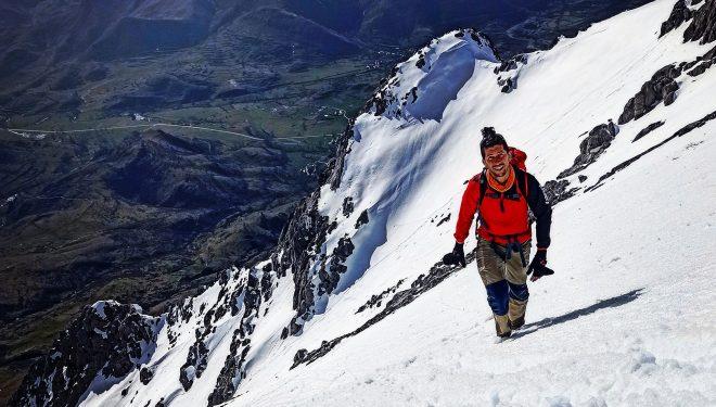 Manuel Merillas haciendo montañismo invernal en 2021