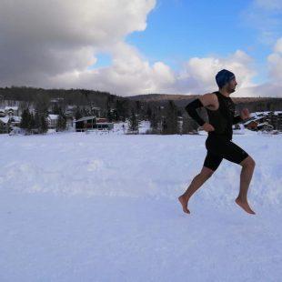 Karim El Hayani entrenando en el lago Beauport en Quebec, donde batió el récord Guinness de media maratón descalzo sobre nieve y hielo