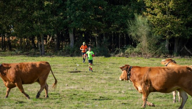 Dos corredores cruzan por un campo con ganador en la Spain Backyard Ultra 2020