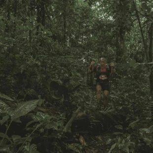 Un corredor en la selva de la tercera etapa de Volcano Ultra Marathon Costa Rica 2021