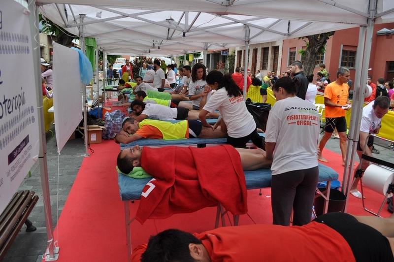 fisioterapeutas tratan a los corredores en Transvulcania